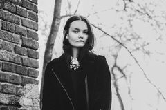 Красивая молодая женщина брюнет на улице Стоковое фото RF