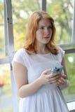 Красивая молодая женщина видит, что-то нарушает на телефоне стоковая фотография