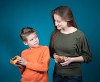 Красивая молодая женщина выбирая между хлопьями и печеньем. Потеря веса. Стоковое Изображение RF