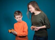 Красивая молодая женщина выбирая между хлопьями и печеньем. Потеря веса. Стоковая Фотография