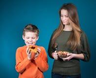 Красивая молодая женщина выбирая между хлопьями и печеньем. Потеря веса. Стоковое фото RF