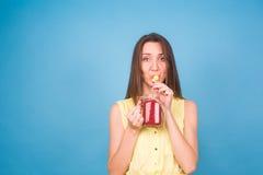 Красивая молодая женщина выпивает smoothie клубники на голубой предпосылке Здоровая органическая концепция пить Люди на диете Стоковое фото RF