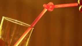 Красивая молодая женщина выпивая через розовую солому сток-видео