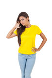 Красивая молодая женщина в белой футболке представляя над белой предпосылкой Стоковые Фотографии RF