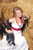 Красивая молодая женщина в белые sundress приближает к стогу сена Стоковое фото RF