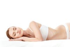 Красивая молодая женщина в белый спать нижнего белья изолированный на белизне Стоковые Изображения