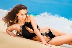 Красивая молодая женщина в бикини на тропическом пляже Стоковая Фотография RF