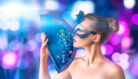 Красивая молодая женщина в венецианской маске масленицы Стоковые Изображения