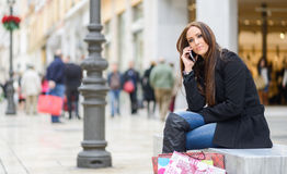 Красивая молодая женщина в городской предпосылке говоря на телефоне Стоковые Фото