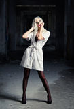Красивая молодая женщина в изображении медсестры среди руин Стоковые Изображения