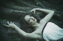 Красивая молодая женщина в длинном белом платье с длинными волнистыми волосами, стоковые фотографии rf