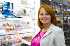 Красивая молодая женщина в магазине Стоковые Фото