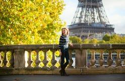 Красивая молодая женщина в Париже на день падения стоковые изображения