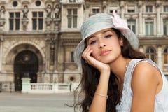 Красивая молодая женщина в Париже стоковая фотография rf