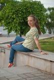 Красивая молодая женщина в парке в лете стоковые фотографии rf