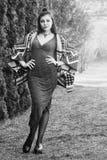 Красивая молодая женщина в парке лета WB Стоковые Фотографии RF