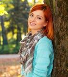 Красивая молодая женщина в парке Стоковые Изображения RF