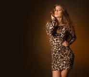 Красивая молодая женщина в платье леопарда Стоковые Фотографии RF