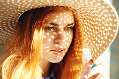 Красивая молодая женщина в плетеной шляпе, портрет, солнце, лето Стоковая Фотография RF