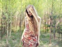 Красивая молодая женщина в саде лета Стоковые Изображения