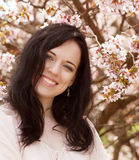 Красивая молодая женщина в саде цветения стоковые фото