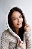 Красивая молодая женщина в теплом свитере Стоковые Фото