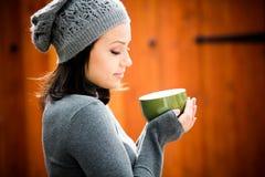 Красивая молодая женщина в теплых одеждах стоковое изображение