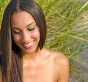Красивая молодая женщина в траве стоковое фото
