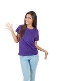 Красивая молодая женщина в фиолетовой футболке представляя над белой предпосылкой Стоковые Фотографии RF