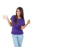 Красивая молодая женщина в фиолетовой футболке представляя над белой предпосылкой Стоковое фото RF