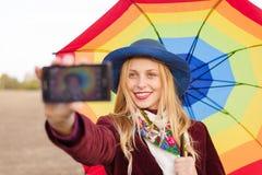Красивая молодая женщина в шляпе держа зонтик и Стоковое фото RF