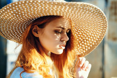Красивая молодая женщина в шляпе, портрет, солнце, свет, лето Стоковые Фотографии RF