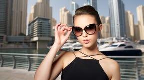 Красивая молодая женщина в элегантных черных солнечных очках стоковая фотография