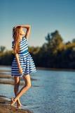 Красивая молодая женщина в striped матросом представлять платья Стоковые Изображения RF