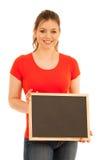 Красивая молодая женщина держа пустое классн классный изолированный над whi Стоковая Фотография