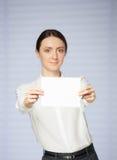 Красивая молодая женщина держа пустой лист бумаги Стоковые Фотографии RF