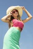 Красивая молодая женщина держа солнечные очки Стоковые Изображения RF