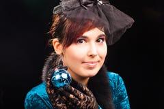 Красивая молодая женщина держа шарик рождества Стоковые Изображения RF