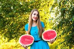 Красивая молодая женщина держа 2 halfs арбуза Стоковое фото RF