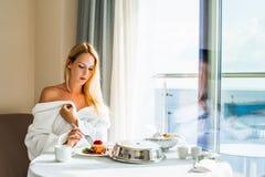 Красивая молодая женщина есть десерт стоковое изображение rf