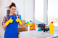 Красивая молодая женщина делает убирать дом Ki чистки девушки стоковые фотографии rf