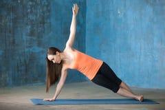 Красивая молодая женщина делая бортовое представление планки Стоковое Изображение