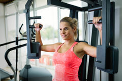 Красивая молодая женщина делая тренировки для комода Стоковые Фотографии RF