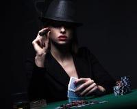 Красивая молодая женщина играя покер стоковое изображение rf