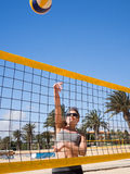 Красивая молодая женщина играя beachvolleyball стоковое фото rf