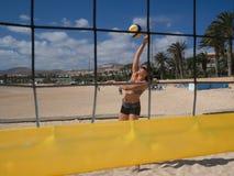 Красивая молодая женщина играя beachvolleyball стоковое изображение rf