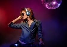 Красивая молодая женщина играя Dj Стоковое Изображение RF