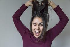 Красивая молодая женщина имея потеху дома lifestyles Стоковые Фотографии RF