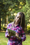 Красивая молодая женщина используя цифровой ПК таблетки стоковая фотография