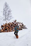 Красивая молодая женщина идя в зиму outdoors Стоковое Изображение RF